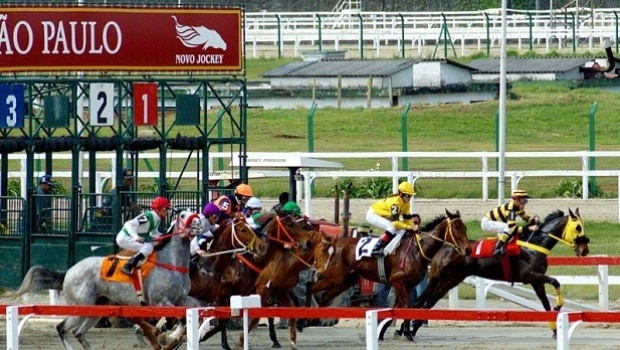 Jockey Club promove corridas de cavalo e festival de food trucks
